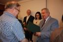 Wicemarszałek wręcza dyplom Mirosławowi Nowince